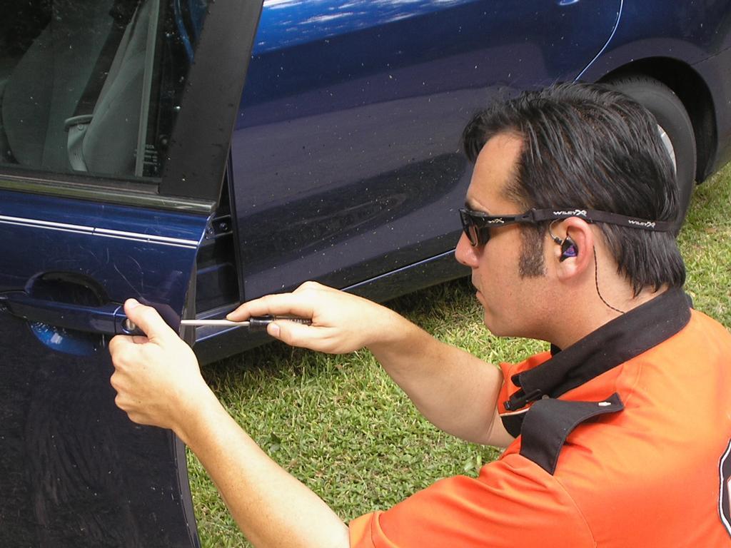 Låsesmed Amager låser bildør op
